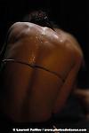 danse - Mouvements d'automne.Sous la rose.quatuor chorégraphique.création 2006.chorégraphie.Nathalie Pubellier.L'Estampe.avec.Julien Desplantez, Marjolaine Louveau, Sébastien Ly, Sibille Planques.musique originale.Izidor Leitinger.lumières.Patrick Debarbat.costumes.Elise Guillou.durée.55 minutes.coproduction.Communauté des communes Lubéron Durance Verdon, Manosque à L'Affiche, Association Arts et Formes.Le projet Sous la Rose est soutenu par.la DRAC Ile de France, l'ADAMI, la Ville de Paris, le Théâtre du Lierre (résidence de création), Studio Micadanses-Paris (prêt de.studio),.l'Association Danse Dense-Paris (prêt de studio), le CND-Pantin (prêt de studio).Première le 7 octobre au Théâtre Jean le Bleu, Manosque.Pour Nathalie Pubellier, la notion de mouvement est indissociable de celle de plaisir. Son travail, issu.d'une réflexion sur l'utilisation de la mémoire sensorielle comme outil de composition chorégraphique,.allie mental et physique..Avec Sous la Rose, création pour quatre danseurs, elle propose de rendre au corps son âme de corps.en prenant le risque de l'intime. L'intime concerne cette part personnelle qui peut être partagée s'il y a la.manière, l'utilisation de la mémoire sensorielle devient ainsi l'outil précieux permettant de révéler l'intime.en créant une gestuelle empreinte de plaisir et de liberté..Entre secret et abandon, contrainte et liberté, la pièce s'annonce comme un voyage au coeur des.sphères intimes.