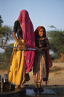 INDIA Rajasthan Tilonia, children and women catch drinking water from well / INDIEN Kinder und Frauen holen Trinkwasser vom Brunnen