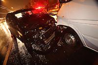 S&Atilde;O PAULO, SP, 20/06/2012, PERSEGUI&Ccedil;&Atilde;O POLICIAL.<br /> <br />  Uma persegui&ccedil;&atilde;o policial acabou causando um acidente na Av. Radial Leste na madrugada de hoje (20).<br />  Bandidos roubaram um furg&atilde;o com equipamentos medicos, ap&oacute;s entrarem na contra m&atilde;o da avenida, colidiram frontalmente com outro veiculo.<br />  Os meliantes foram encaminhados ao Deic na regi&atilde;o norte de S&atilde;o Paulo.<br /> <br />  Luiz Guarnieri/ Brazil Photo Press