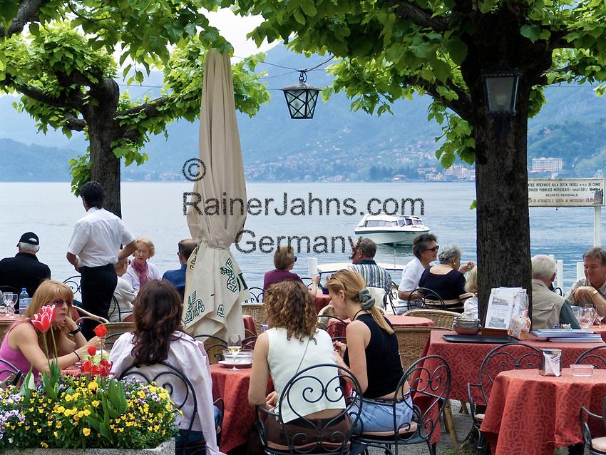 Italien, Lombardei, Comer See, Bellagio: Menschen im Cafe   Italy, Lombardia, Lake Como, Bellagio: people at cafe