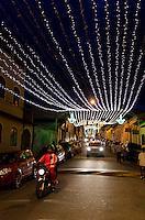 ATENÇÃO EDITOR FOTO EMBARGADA PARA VEÍCULOS INTERNACIONAIS - SANTANA DO PARNAÍBA, SP, 23 DE DEZEMBRO DE 2012 - ILUMINAÇÃO DE NATAL EM SANTANA DO PARNAÍBA:Iluminação natalina nas ruas do centro histórico de Santana do Parnaíba, na noite deste sabado (22) . FOTO: LEVI BIANCO - BRAZIL PHOTO PRESS