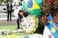 RECIFE,PE,13.08.2015 - EDUARDO-CAMPOS - O governador Paulo Câmara visita o túmulo do ex-governador Eduardo Campos, no Cemitério de Santo Amaro, em Recife (PE), nesta quinta-feira (13), um ano após a morte do político em um acidente aéreo ocorrido em Santos (SP). (Foto: Jean Nunes/Brazil Photo Press)