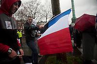 manifestante di destra sventola bandiera tricolore