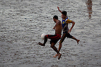 Moradoresdo bairro do Perpétuo Socorro aproveitam a maré baixa para jogar futebol nas diversas praias que se formam a beira do rio Amazonas. O futebol na lama, conhecido como futelama atrai  os peladeiros à orla da cidade.<br /> Macapá, Amapá, Brasil.<br /> Foto Paulo Santos<br /> 09/05/2014