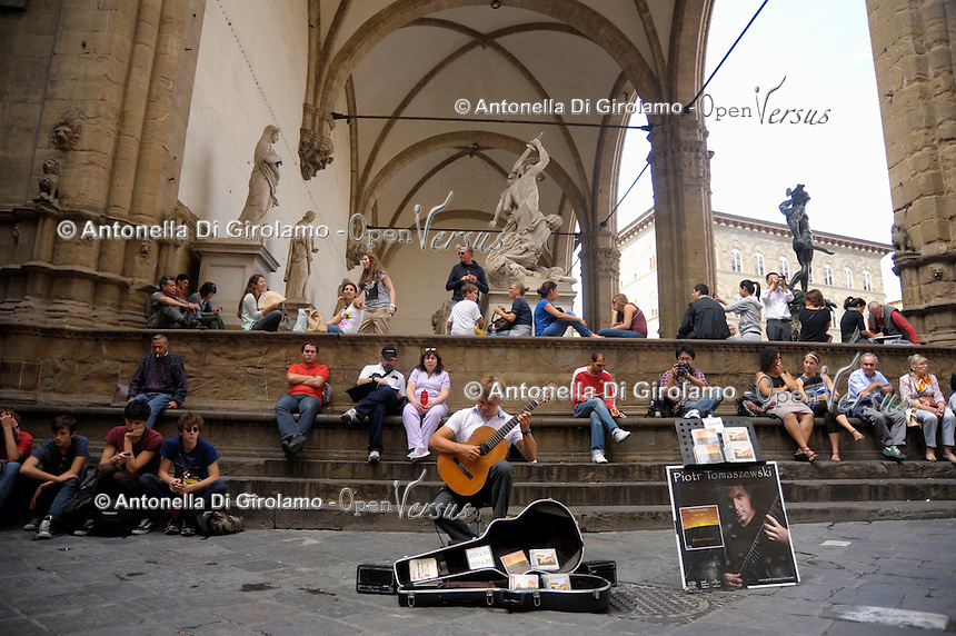 Artisti e artisti di strada a Firenze. Artists and street performers in Florence..Piazza della Signoria.