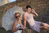 Senigallia, Agosto 2013. Due ragazze vestite stile anni 60 nei vicoli di Senigallia durante il Festival Summer Jamboree.