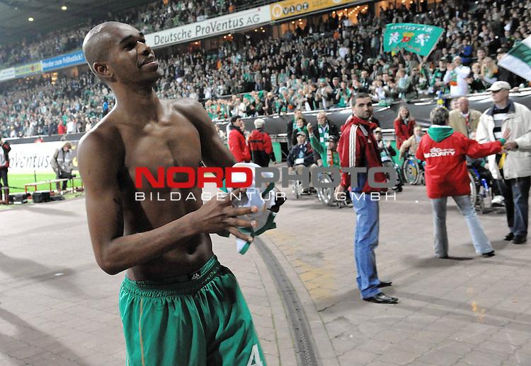 UEFA CUP 2008/2009<br /> Viertelfinale 1/4 Weserstadion 09.04.2009<br /> Werder Bremen (GER) - Udinese Calcio (ITA) 3:1 ( 1:0 )<br /> <br /> Naldo ( Bremen BRA #4 ) gibt sein Trikot an die Fans<br /> <br /> <br /> Foto &copy; nph (  nordphoto  )