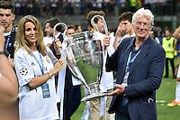 FUSSBALL  CHAMPIONS LEAGUE  FINALE  SAISON 2015/2016   Real Madrid - Atletico Madrid                   28.05.2016 Richard Gere (re) und Freundin Alejandra Silva jubeln mit dem Pokal