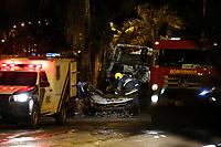 FOZ DO IGUAÇU, PR, 12.11.2018 – ACIDENTE-FOZ DO IGUAÇU – Grave acidente envolvendo uma carreta e dois veículos de passeio na noite desta segunda feira (12) na  na avenida das cataratas no centro de Foz do Iguaçu (PR). Dois óbitos foram confirmado.(Foto: Paulo Lisboa/Brazil Photo Press)