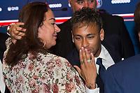 Neymar Jr (PSG) et sa mere<br /> 04-08-2017 <br /> Parigi Presentazione nuovo acquisto Neymar <br /> Calcio Ligue 1 2017/2018 <br /> Foto JB Autissier/ Panoramic/Insidefoto