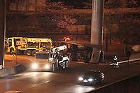 FOTO EMBARGADA PARA VEICULOS INTERNACIONAIS. SAO PAULO, SP, 27/10/2012, TOMBAMENTO CARRETA. No inicio da madrugada desse Sabado (27) as 1:30hs,  uma carreta tombou no final da Av. Juntas Provisorias sentido Vila Prudente. O motorista nao ficou ferido. Por volta das 6 horas a via continuava bloqueada. Luiz Guarnieri/ Brazil Photo Press.