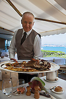 Europe/France/Provence-Alpes-Côte d'Azur/06/Alpes-Maritimes/Antibes: Restaurant: De Bacon- Présentation du Chapon de mer [Non destiné à un usage publicitaire - Not intended for an advertising use]