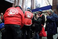 Volontari City Angels al lavoro alla stazione Termini di Roma, 19 marzo 2009, per distribuire abiti usati e bevande calde ai senzatetto..City Angels volunteers at Rome's Termini station to dinstribute second-hand clothes and warm drink to homeless..UPDATE IMAGES PRESS/Riccardo De Luca
