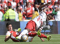 BOGOTÁ -COLOMBIA, 12-09-2015. Dario Rodriguez (Izq) de Independiente Santa Fe disputa el balón con Raul Loaiza (Der) jugador de Patriotas FC durante partido por la fecha 12 de la Liga Aguila II 2015 jugado en el estadio Nemesio Camacho El Campín de la ciudad de Bogotá./ Dario Rodriguez player (L) of Independiente Santa Fe fights for the ball with Raul Loaiza (R) player of Patriotas FC during the match for the 12th date of the Aguila League II 2015 played at Nemesio Camacho El Campin stadium in Bogotá city. Photo: VizzorImage/ Gabriel Aponte / Staff