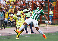 BUCARAMANGA-COLOMBIA-10-09-2016. Jair E. Palacios (Izq) jugador del Atlético Bucaramanga disputa el balón con Juan Nieto (Der) jugador de Atlético Nacional durante partido por la fecha 11 de la Liga Águila II 2016 jugado en el estadio Alfonso López de la ciudad de Bucaramanga./ Jair E. Palacios (L) player of Atletico Bucaramanga struggles the ball with Juan Nieto (R) player of Atletico Nacional during match for the date 11 of the Aguila League II 2016 played at Alfonso Lopez stadium in Bucaramanga city. Photo: VizzorImage / Duncan Bustamante / Cont