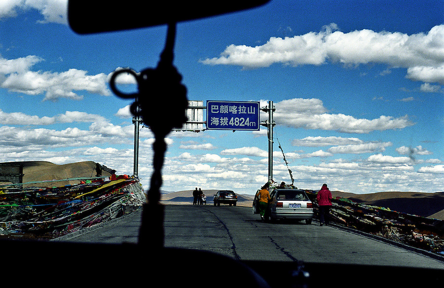 A mountainpass 4824 meters above sealevel on the road between Xining and Yushu on the Tibetan Plateau in the chinese Qinghai Province.