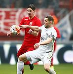 Nederland, Enschede, 18 oktober 2015<br /> Eredivisie<br /> Seizoen 2015-2016<br /> FC Twente-N.E.C.<br /> Jari Oosterwijk van FC Twente en Rens van Eijden, aanvoerder van N.E.C. strijden om de bal.