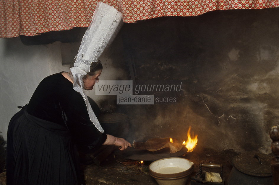 Europe/France/Bretagne/29/Finistère/Pont-l'Abbé : Bigoudenne faisant des crêpes [Non destiné à un usage publicitaire - Not intended for an advertising use]<br /> PHOTO D'ARCHIVES // ARCHIVAL IMAGES<br /> FRANCE 1990