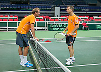 29-01-2014,Czech Republic, Ostrava,  Cez Arena, Davis-cup Czech Republic vs Netherlands, practice, Thiemo de Bakker(NED) end Captain Jan Siemerink(NED) having a conversation.<br /> Photo: Henk Koster