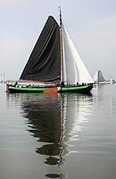 Nederland - Volendam - 2018.  De Pieperrace voor zeilschepen in Volendam. Boten verzamelen zich voor de start. Tjalk de Overwinning.   Foto Berlinda van Dam / Hollandse Hoogte