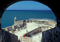 AJ2336, Puerto Rico, San Juan, fort, Porto Rico, Caribbean, Caribbean Islands, View of the Atlantic Ocean through an arch at Fort San Felipe del Morro (El Morro Castle) in Old San Juan, Puerto Rico.