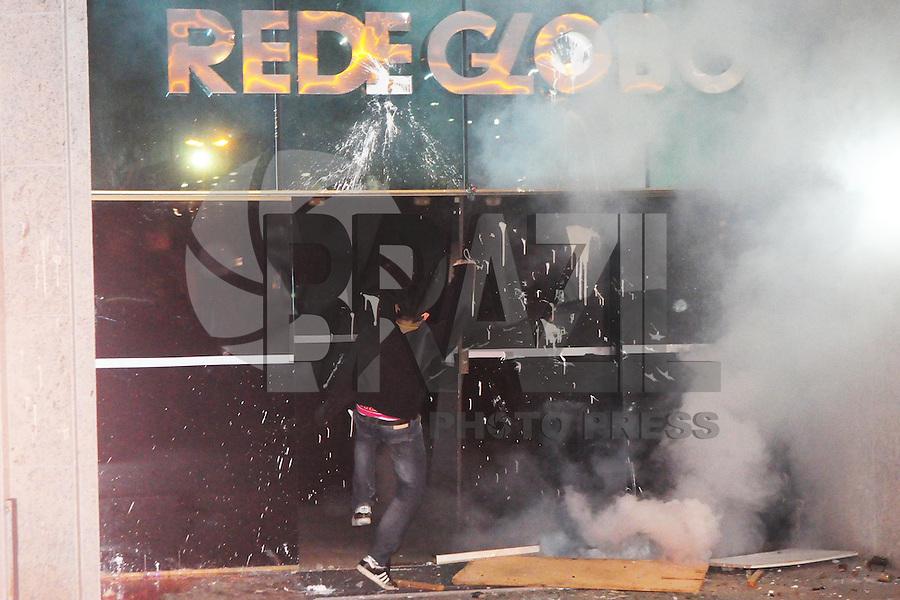 RIO DE JANEIRO,RJ,17.07.2013- MANIFESTANTES ENTRARAM EM CONFRONTO COM POLICIAIS NA ZONA SUL DO RIO. As ruas da Zona Sul do Rio tiveram cenas de guerra nesta noite no bairro do Leblon e Ipanema. Lojas e agencias bancárias tiveram vidraças destruidas e sequeadas durante o quebra quebra que terminou por volta da uma hora da manhã. A entrada da sede da rede globo foi destruida. SANDROVOX/BRAZILPHOTOPRESS