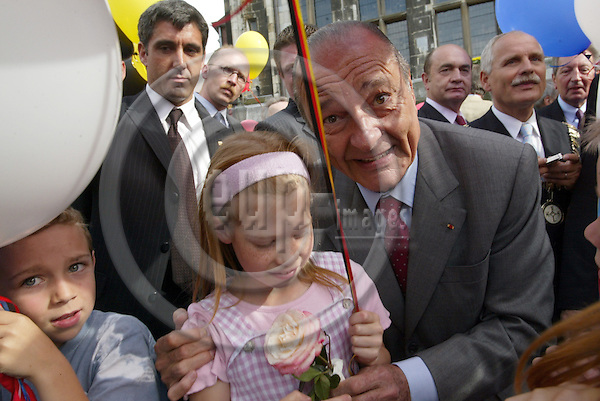 Germany - Aachen - 14 JUNE 2004 - Blaesheim-Meeting - french / german summit -- Jacques CHIRAC, President, France with a little girl--- PHOTO:  / ANNA-MARIA ROMANELLI / EUP-IMAGES