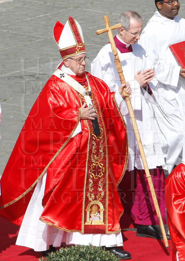 Pope Francis celebrates the Palm Sunday Mass in St. Peter's Square at the Vatican, March 25, 2018.<br /> UPDATE IMAGES PRESS/Riccardo De Luca<br /> <br /> STRICTLY ONLY FOR EDITORIAL USE