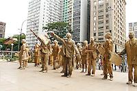 ATENÇAO EDITOR FOTO EMBARGADA PARA VEICULOS INTERNACIONAIS. SAO PAULO, 05 DE DEZEMBRO DE 2012 - PERFORMANCE CEGOS - O grupo Desvio Coletivo e Coletivo Pi fizeram nessa quarta uma performance intitulada Cegos essa e uma intervencao urbana sobre o trabalho e percorreu alguns pontos da av Paulista como o Banco Central e o MASP na regiao central da capital  nessa quarta 05. (FOTO LEVY RIBEIRO - BRAZIL PHOTO PRESS)..