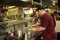 """Amérique/Amérique du Nord/USA/Etats-Unis/Vallée du Delaware/Pennsylvanie/Philadelphie : Préparation des cheese steack de Philadelphie au """"Rick'sz Philly Steacks"""" au maché """"The Reading Terminal Market"""""""