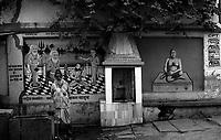 12.2010 Varanasi (Uttar Pradesh)<br /> <br /> Man using water with wall decoration behind him.<br /> <br /> Homme utilisant de l'eau avec une d&eacute;coration murale derri&egrave;re lui.