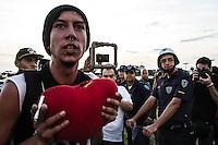 ITU, SP, 29.09.2014 - Manifestação crise do abastecimento - ITU - Grupo de manifestantes se reunem em frente a Prefeitura de Itu, nesta segunda-feira (29).  (Foto: Marcelo Brammer / Brazil Photo Press).