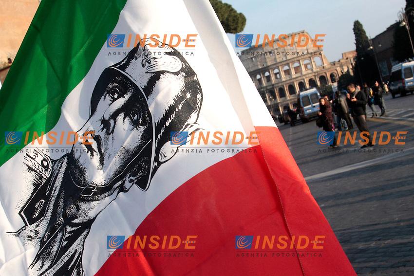 Una bandiera italiana con il volto del duce sventola davanti al colosseo .Roma 03/03/2012 Manifestazione de La Destra contro il Governo..Photo Samantha Zucchi Insidefoto