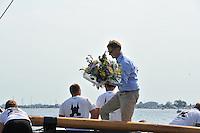 SKUTSJESILEN: SNEEK: Snitser Mar, 02-08-2013, SKS skûtsjesilen, Kampioen de Sneker Pan, overhandiging bloemen door hoofdsponsor, Arnold de Jong (directeur Bedrijfsmanagement Rabobank Sneek-ZWF) ©foto Martin de Jong