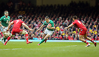 Pictured: Johnny Sexton of Ireland (C) against Sam Warburton (7) and Rhys Webb (R) of Wales Saturday 14 March 2015<br />