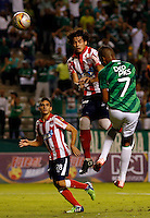 PALMIRA -COLOMBIA-12-03-2015. Harold Preciado (Der) jugador del Deportivo Cali salta por un balón con Nery Bareiro (Izq) jugador de Atlético Junior durante partido por la fecha 9 de la Liga Aguila I 2015 jugado en el estadio Palmaseca de la ciudad de Palmira./  Harold Preciado (R) player of Deportivo Cali  jumps for the ball with Nery Bareiro (L) player of Atletico Junior during match for the 9th date of Aguila League I 2015 played at Palmaseca stadium in Palmira city Photo: VizzorImage/ Juan C. Quintero /STR