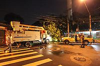 ATENCAO EDITOR IMAGEM EMBARGADA PARA VEÍCULOS - SAO PAULO, SP, 24 DEZEMBRO 2012 - Imagem da Arvore de grande porte que caiu na Rua do Manifesto obstruindo toda via, no bairro do Ipiranga na regiao sul da capital paulista, na noite desta segunda-feira, 24. (FOTO: VANESSA CARVALHO / BRAZIL PHOTO PRESS).