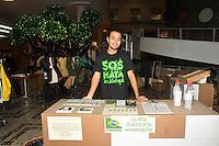 """SAO PAULO, SP, 05 DE JUNHO 2012 - Em comemoracao ao Dia Mundial do Meio Ambiente, a ong SOS Mata Atlantica participa de acao com estande onde o publico tem a oportunidade de conhecer os projetos da Fundacao e deixar suas expectativas para o Meio-Ambiente na """"arvore dos desejos"""", feita de embalagens de achocolatados e garrafas PET. (FOTO: THAIS RIBEIRO / BRAZIL PHOTO PRESS)."""