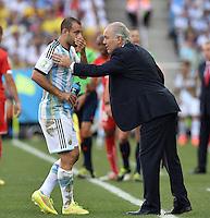 FUSSBALL WM 2014                ACHTELFINALE Argentinien - Schweiz                  01.07.2014 Pablo Zabaleta (li) und Trainer Alejandro Sabella (re, beide Argentinien)