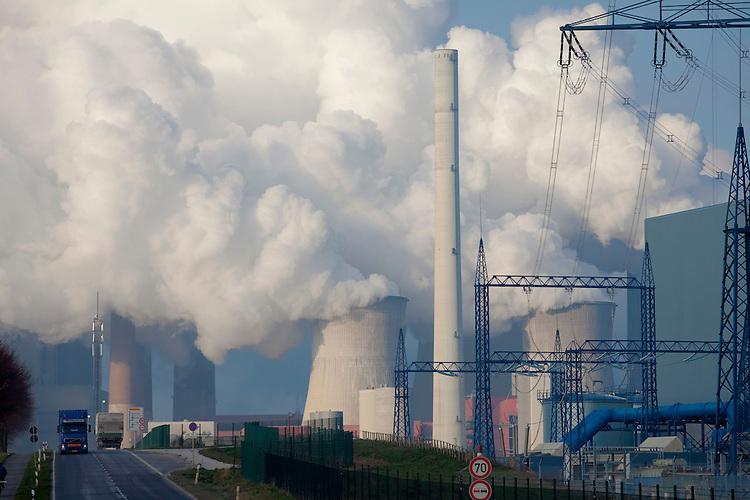 Europa, DEU, Deutschland, Nordrhein Westfalen, NRW, Rheinland, Niederrhein, Grevenbroich, Kraftwerk, Braunkohlekraftwerk Neurath, Kuehltuerme, Dampf, Wasserdampf, Strasse, Verkehr, Auto, Kategorien und Themen, Energie, Konventionelle Energien, Energien, Konventionell, Strom, Konventionelle Energieerzeugung, Stromerzeugung, Energieversorgung, Energiewirtschaft, Versorgung, Stromversorgung, Industrie, Industriefotografie, Wirtschaft, Wirtschaftsthemen, Technik, Technologie, Technologien....[Fuer die Nutzung gelten die jeweils gueltigen Allgemeinen Liefer-und Geschaeftsbedingungen. Nutzung nur gegen Verwendungsmeldung und Nachweis. Download der AGB unter http://www.image-box.com oder werden auf Anfrage zugesendet. Freigabe ist vorher erforderlich. Jede Nutzung des Fotos ist honorarpflichtig gemaess derzeit gueltiger MFM Liste - Kontakt, Uwe Schmid-Fotografie, Duisburg, Tel. (+49).2065.677997, ..archiv@image-box.com, www.image-box.com]