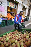 Discount di frutta e verdura gestito da immigrati egiziani. Discount of fruit and vegetables maintained by Egyptian immigrants.Amin...