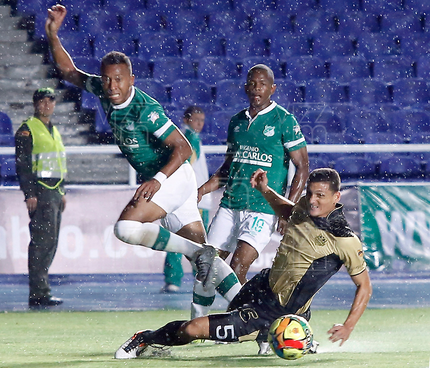 CALI -COLOMBIA-27-02-2014. CALI -COLOMBIA-27-02-2014. Victor Hugo Giraldo (Izq) del Deportivo Cali disputa el balón con Camilo Ceballos (Der) de Itaguí durante partido por la fecha 8 de la Liga Postobón I 2014 jugado en el estadio Pascual Guerrero de la ciudad de Cali./ Deportivo Cali player Victor Hugo Giraldo (L) fights for the ball with Itagui player Camilo Ceballos (R) during match for the 8th date of Postobon League I 2014 played at Pascual Guerrero stadium in  Cali city.Photo: VizzorImage/ Juan C. Quintero /STR