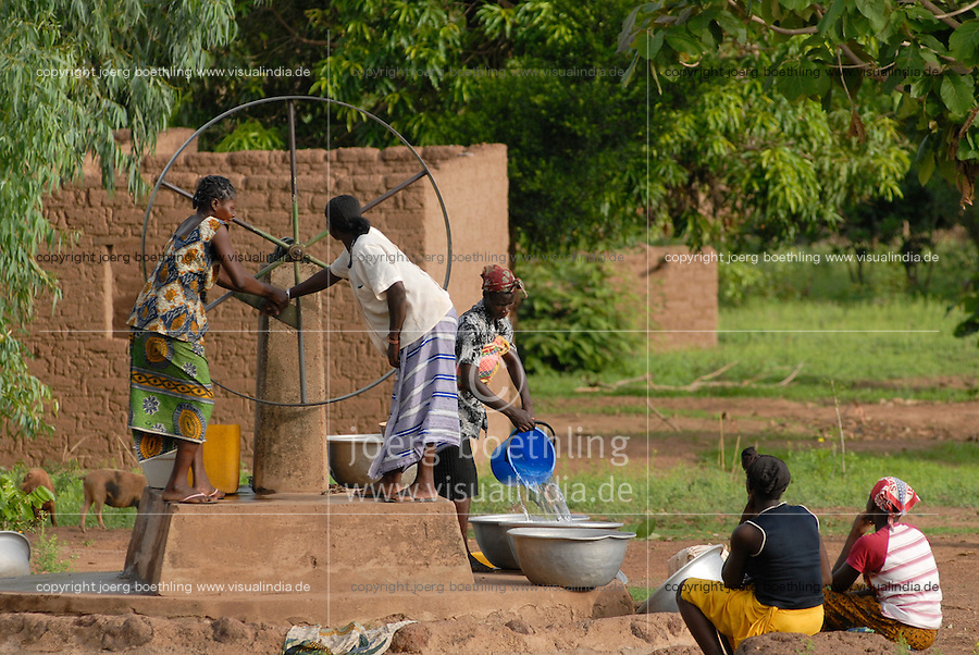 "Afrika Westafrika Burkina Faso Gaoua Frauen holen Wasser von einem Brunnen mit Drehpumpe. -  Ressourcen Trinkwasser Frauen Afrikaner afrikanisch xagndaz | .Africa west-africa Burkina Faso Gaoua , women fetch drinking water from well in village  -  water resources woman  .| [ copyright (c) Joerg Boethling / agenda , Veroeffentlichung nur gegen Honorar und Belegexemplar an / publication only with royalties and copy to:  agenda PG   Rothestr. 66   Germany D-22765 Hamburg   ph. ++49 40 391 907 14   e-mail: boethling@agenda-fototext.de   www.agenda-fototext.de   Bank: Hamburger Sparkasse  BLZ 200 505 50  Kto. 1281 120 178   IBAN: DE96 2005 0550 1281 1201 78   BIC: ""HASPDEHH"" ,  WEITERE MOTIVE ZU DIESEM THEMA SIND VORHANDEN!! MORE PICTURES ON THIS SUBJECT AVAILABLE!! ] [#0,26,121#]"