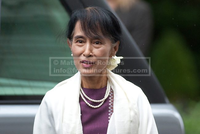 21/06/2012. LONDON, UK. Burmese Nobel peace prize winner and former political prisoner Aung San Suu Kyi arrives at Downing Street in London toda (21/0612). Aung San Suu Kyi, the leader of the Burmese opposition, today met with the British Prime Minister David Cameron as part of a trip to the UK. Photo credit: Matt Cetti-Roberts