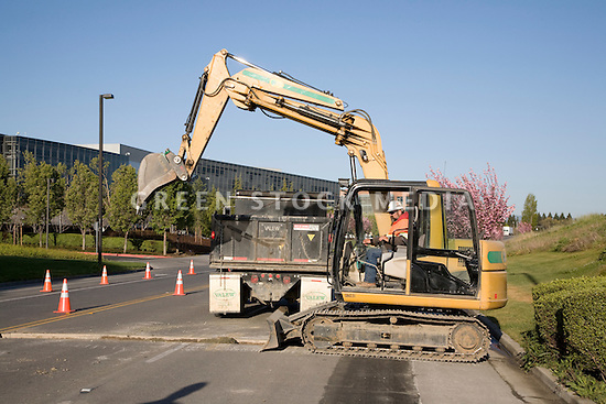 An excavator pulls dirt from a trench and loads it into a truck. The cities of Palo Alto and Mountain View are jointly constructing a reclaimed water pipeline to carry recycled water from the Palo Alto Regional Water Quality Control Plant to customers along East Bayshore Parkway and Mountain View's North Bayshore area.