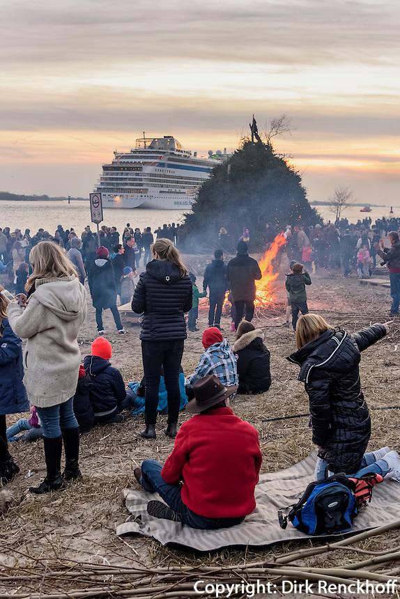Kreuzfahrschiff AIDAmar beim Osterfeuer, Feuer Kn&uuml;ll,  in Hamburg Blankenese, Deutschland<br /> Cruiser AIDAmar at Easter bonfire, bonfire Kr&uuml;ll, in Hamburg Blankenese, Germany, Europe