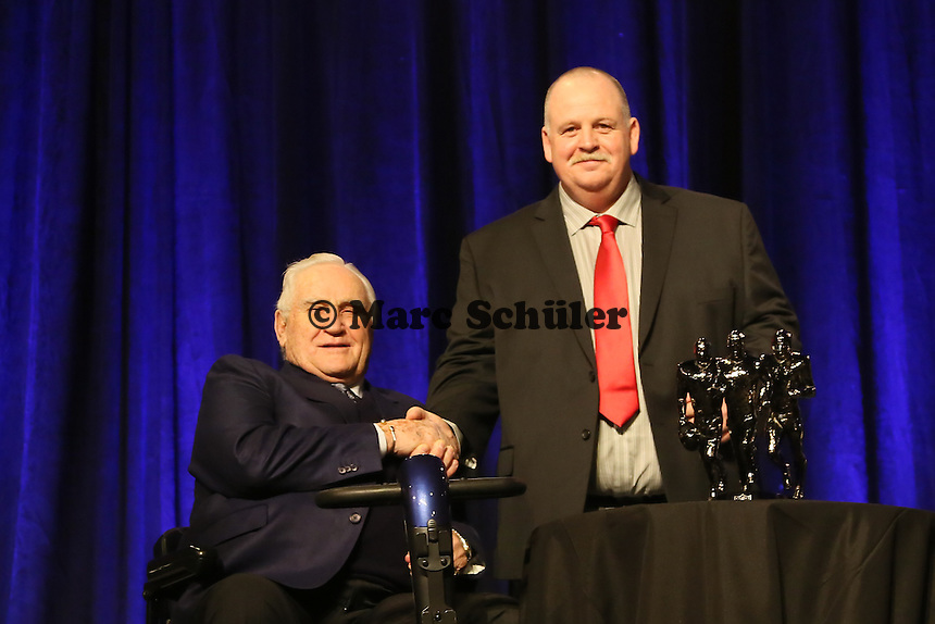 Trainerlegende Don Shula mit High School Coach of the Year Bruce Larson  - Don Shula High School Coach of the Year Award, Super Bowl XLIX, Convention Center Phoenix
