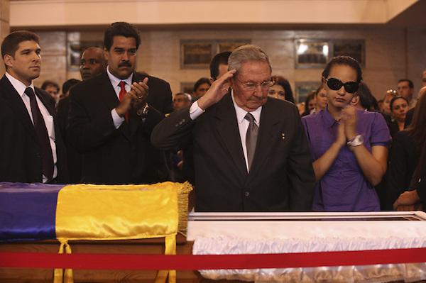 CAR4123. CARACAS (VENEZUELA), 07/03/2013.- Fotografía cedida por la presidencia de Venezuela muestra a la gobernante de Cuba, Raúl Castro (2d), asistiendo hoy, jueves 7 de marzo de 2013, a las honras fúnebres del líder venezolano, Hugo Chávez, en la Academia Militar de Caracas (Venezuela). Delegaciones de más de 50 países son esperadas en Caracas para el funeral de Estado de Chávez por cuyo fallecimiento se ha declarado duelo nacional en 16 países. EFE/PRESIDENCIA DE VENEZUELA/SOLO USO EDITORIAL NO VENTAS