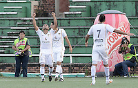 VILLAVICENCIO -COLOMBIA-12-10-2014. Manuel Gonzalez (Izq) celebra un gol de Daniel Buitrago (atras) jugador de Llaneros FC celebra un gol anotado a América de Cali durante partido por fecha 15 del Torneo Postobón 2014 II jugado en el estadio Manuel Calle Lombana de  Villavicencio./ Manuel Gonzalez (L) celbrates a goal of Daniel Buitrago (B) player of Llaneros FC scored to America de Cali during match for the 15th date of the Postobon Tournament 2014 II played at Manuel Calle Lombana stadium in Villavicencio city. Photo: VizzorImage/ Gabriel Aponte / Staff