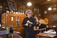 Europe/France/Rhône-Alpes/69/Rhône/Lyon:  Bouchon: Chez Abel, 25, rue Guynemer (2e), service des pots de Beaujolais